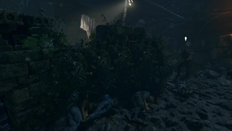 Mit Schlammtarnung ist Lara in der Rankenwand nur schwer zu entdecken.